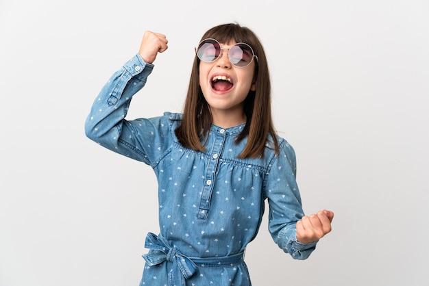 勝利を祝う白い壁にサングラスをかけた少女