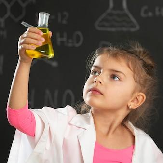 테스트 튜브와 어린 소녀
