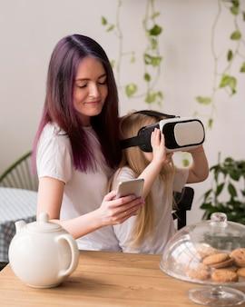 仮想現実のヘッドセットを持つ少女
