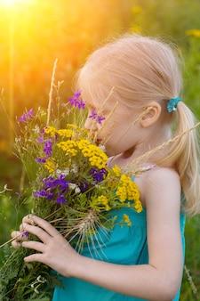 野生の花を持つ少女