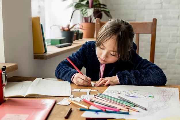 Маленькая девочка, работающая над своим заданием