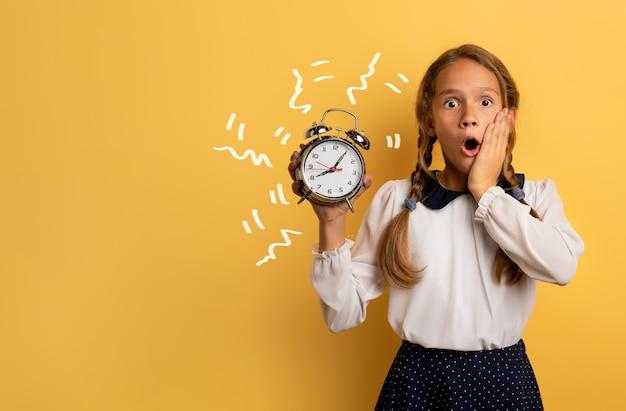 イベントを連想させる目覚まし時計に悩む少女