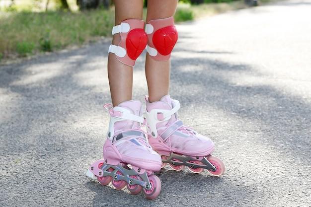 ローラースケートの小さなgirl2sの足、クローズアップ