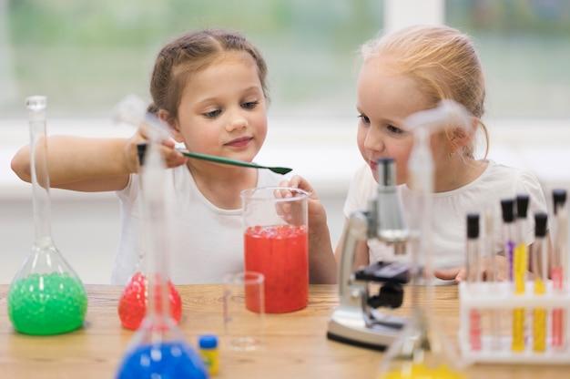 과학 수업에서 어린 소녀