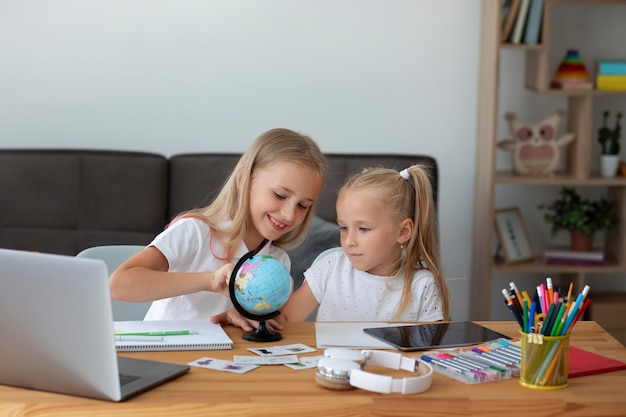 家で一緒にオンライン学校をやっている小さな女の子