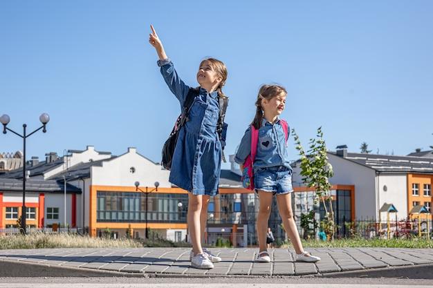 家に帰る途中の小さな女の子、放課後の小学生。