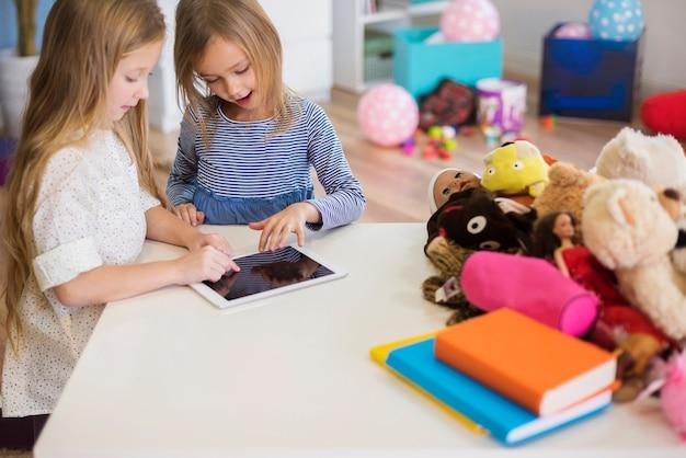 Маленькие девочки сосредоточились на интересной видеоигре