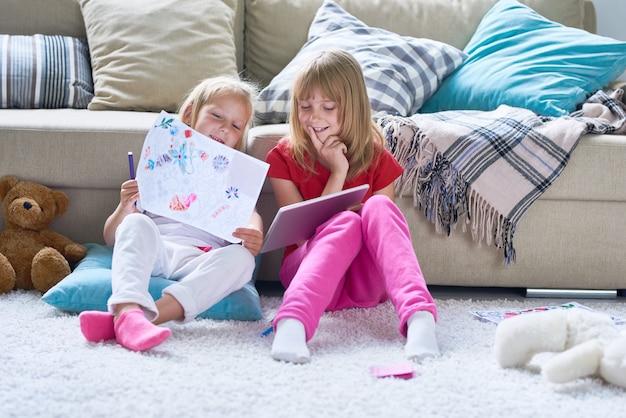 Маленькие девочки играют в детской комнате