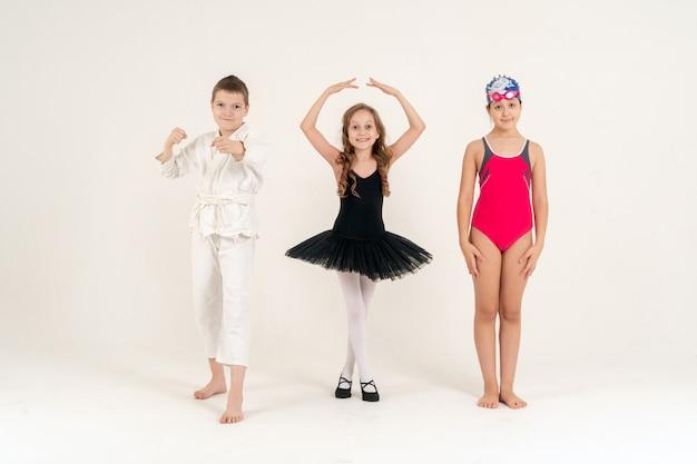 다른 스포츠를 대표하는 어린 소녀