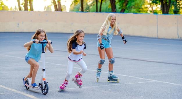 Маленькие девочки едут и соревнуются в скейтпарке