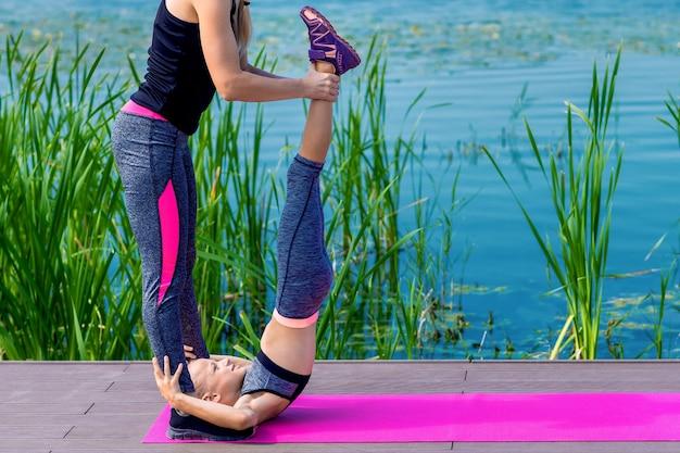 Маленькая юбка и женщина делают упражнения