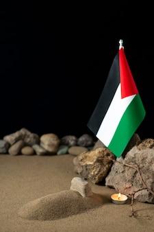 팔레스타인 국기와 모래 장례 전쟁 죽음 팔레스타인에 돌 작은 무덤
