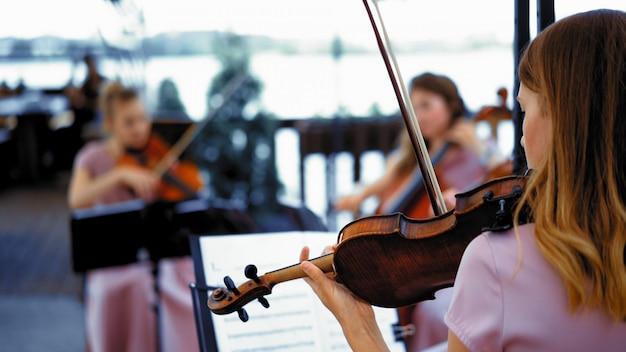 테라스에서 바이올린의 작은 그룹