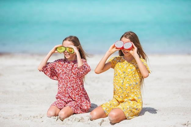 작은 행복 재미 있은 소녀는 함께 노는 열대 해변에서 많은 재미를