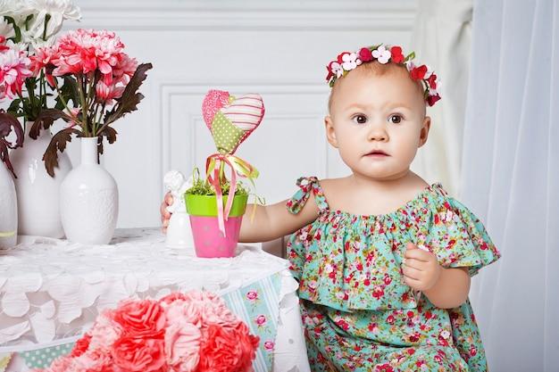 첫 번째 생일을 축하하는 작은 행복 유아 소녀.