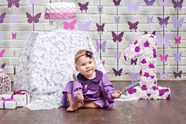 첫 번째 생일을 축하하는 작은 행복 유아 소녀
