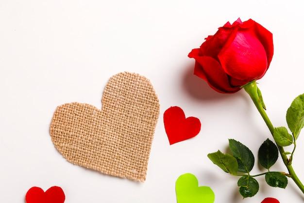 Маленькое сердце и красная роза, день святого валентина