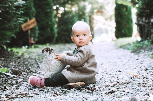 정원 가꾸기의 작은 도우미 정원이나 숲길에서 양동이를 가지고 노는 아이