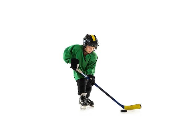 Piccolo giocatore di hockey con il bastone sul campo da ghiaccio