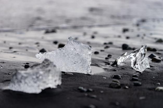 ダイヤモンドビーチアイスランドの黒いビーチにある小さな氷山。