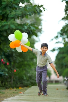 トリコロールの風船を持ったインド少年