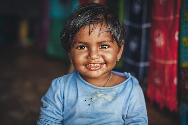 汚れた服の小さなインドの女の子