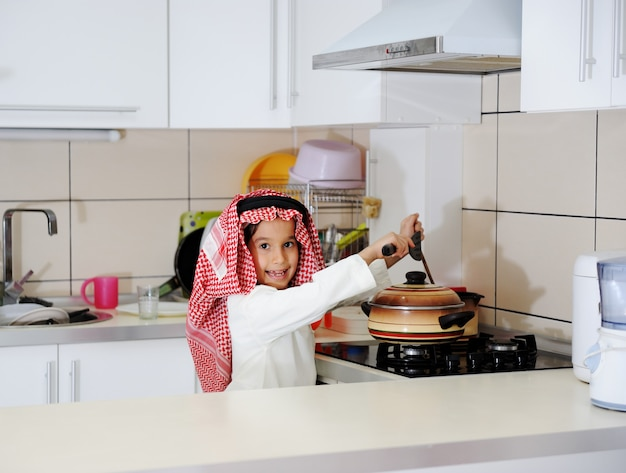 小さな男の子が料理をしています