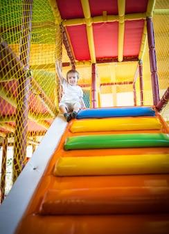 幼稚園の遊び場で階段を登っている小さな子供