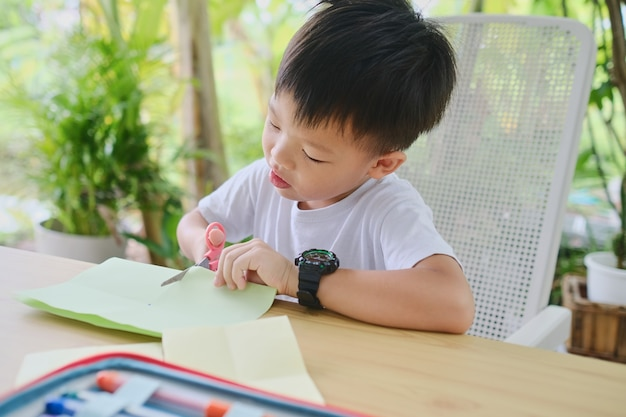 자연 어린이 예술 프로젝트의 집 정원 뒤뜰에서 예술과 공예를 즐기는 어린 아이