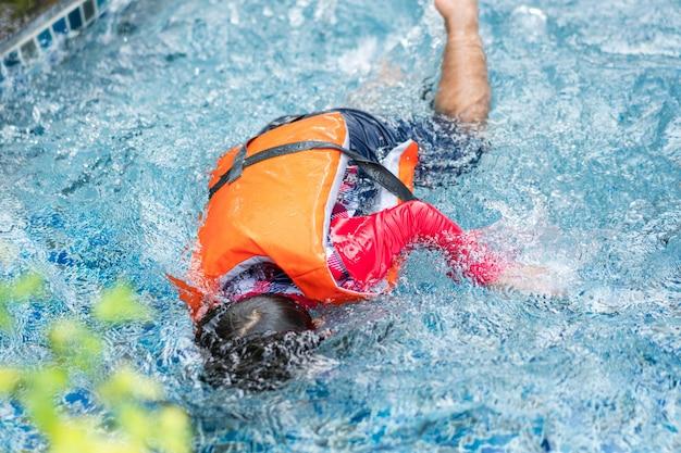 Маленький ребенок, попавший в аварию, упал или утонул в бассейне