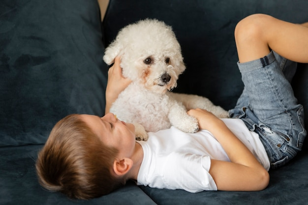 彼の犬と楽しんでいる小さな子供