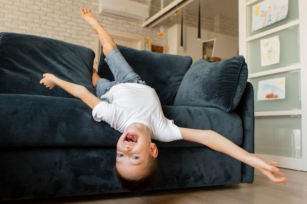 Маленький ребенок веселится