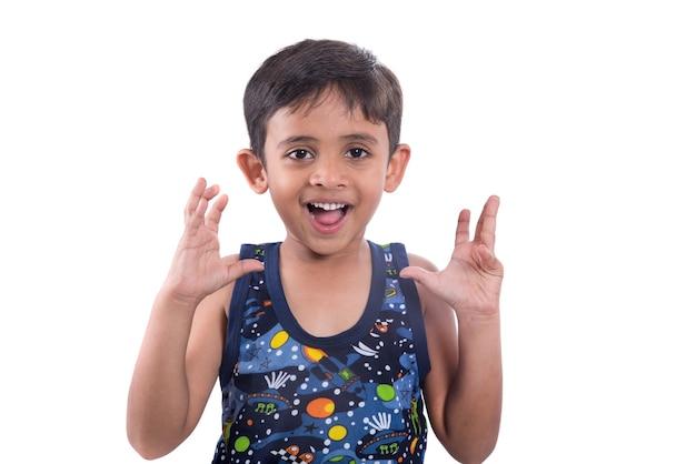 Маленький ребенок удивлен или шокирует на белом