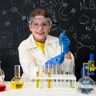 ラボでの化学のレッスンの小さな子供