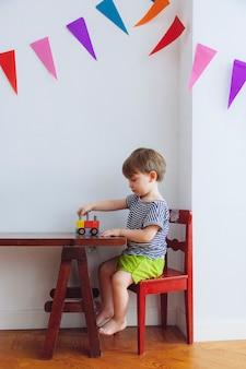 Маленький ребенок играет с игрушками на дому