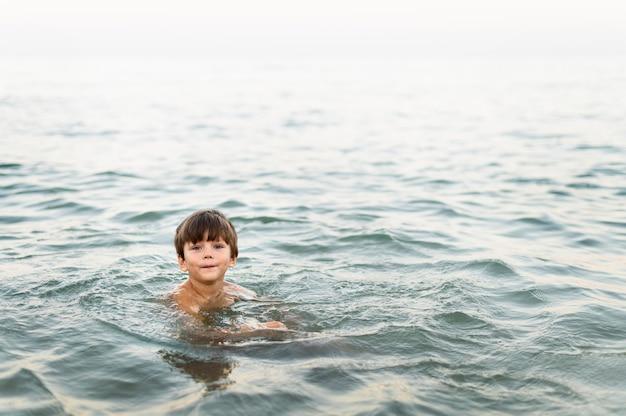 海でポーズの小さな子供
