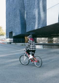 야외에서 그의 자전거를 타고 작은 아이