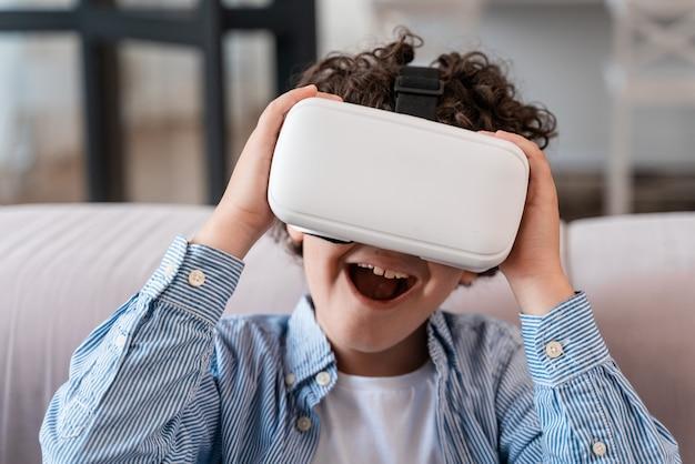 Vr 안경을 사용하는 어린 아이. 어린 시절과 기술에 대한 개념