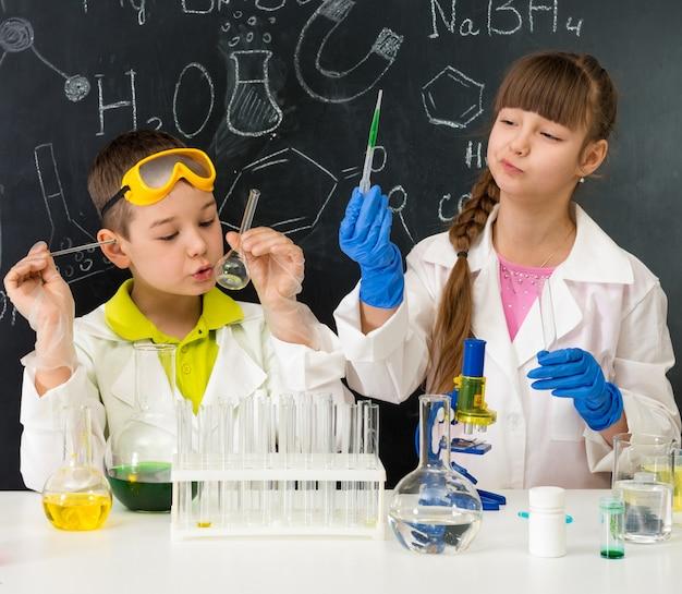 ラボでの化学レッスンの小さな子供