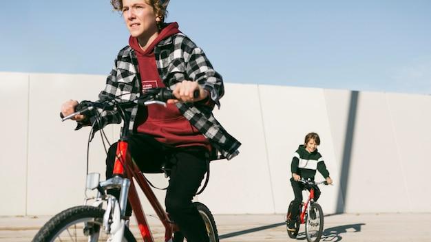 밖에 서 자전거를 타고 어린 아이