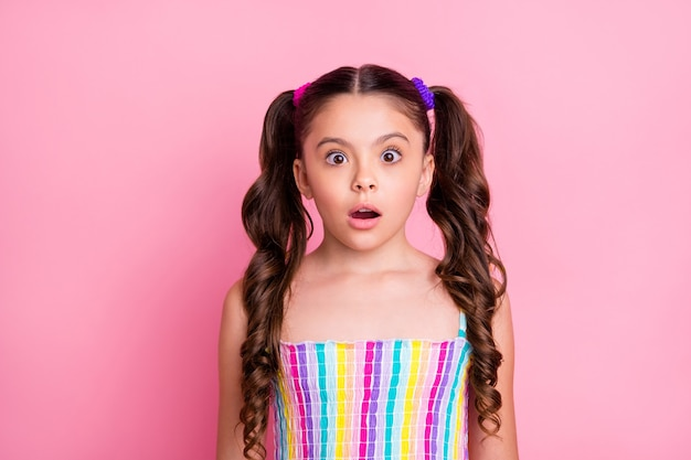 작은 아가씨 두 귀여운 곱슬 꼬리 입을 벌리고 끔찍한 소식 미친 얼굴