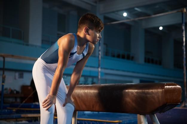 체육관에서 작은 남자 체조 훈련