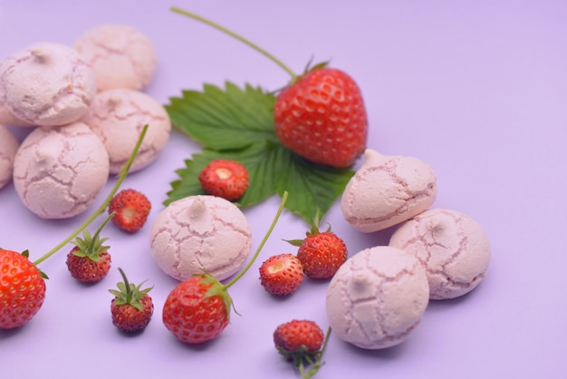 Little meringues with strawberries