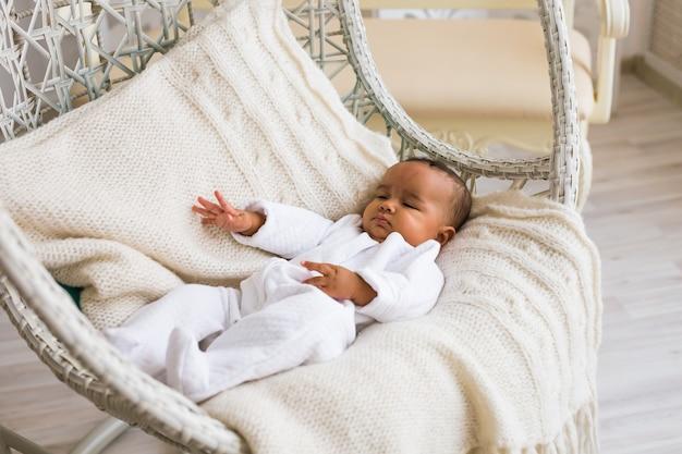 リトルミックスレースアジアのアフリカの赤ちゃんが家でクローズアップ。