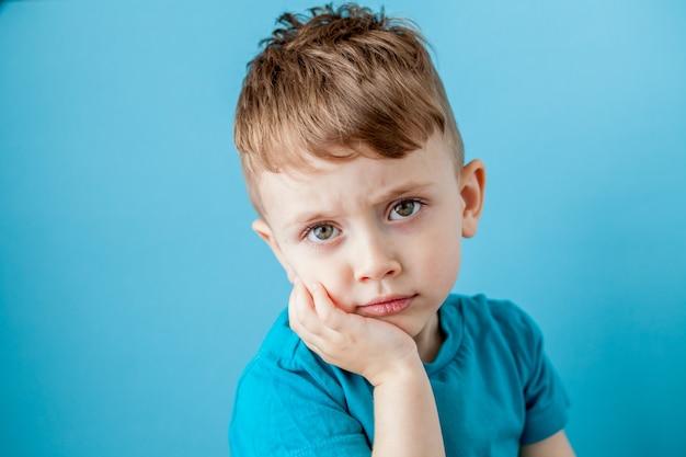 多くの感情で楽しい顔を作る小さな混合率の少年