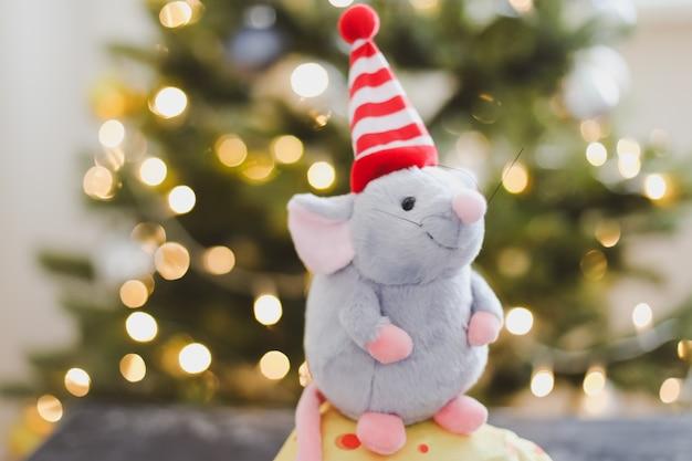 クリスマスツリーのボケライトによる小さなネズミのおもちゃと新年の装飾