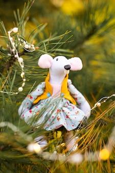 Маленькая игрушка мыши, символ китайского счастливого нового 2020 года в синем платье и новый год украшения. гороскоп знак 2020 года. новый год 2020 года символ. рождественская открытка передний план. выборочный фокус