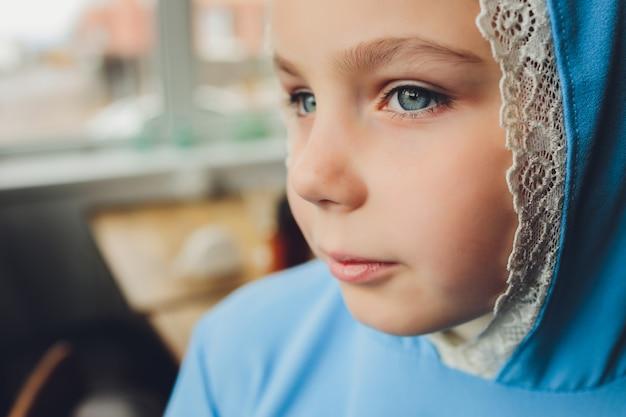 Маленькая мусульманская девочка в синем хиджабе
