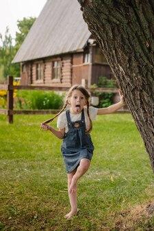 Маленькая озорная русская девушка проводит летние каникулы в деревне.