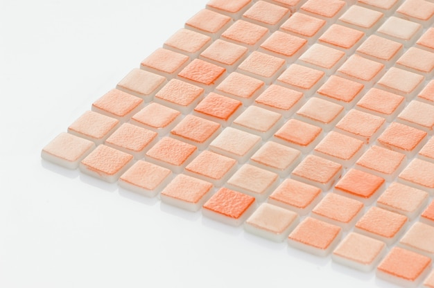 마졸리카 흰색 배경에 작은 주황색 세라믹 타일. 카탈로그